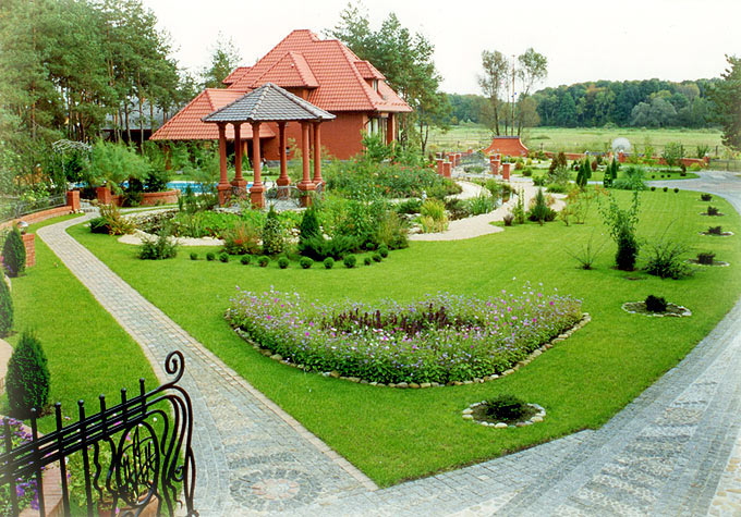 Озеленение двора частного дома фото