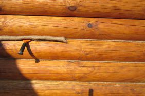 Конопатка дома из сруба.